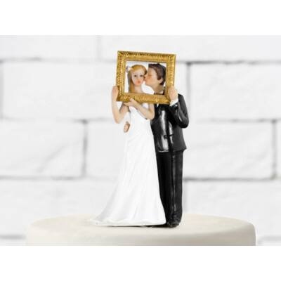 Esküvői nászpár arany keret mögött