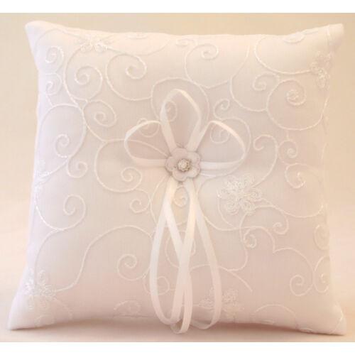Fehér gyűrűpárna hímzett virágos-indás