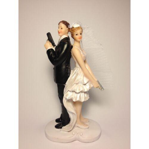 Pisztolyos esküvői nászpár