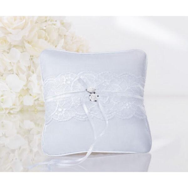 Fehér csipkés gyűrűpárna fehér rózsával