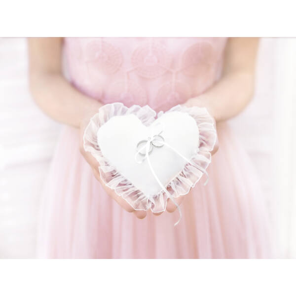 Kicsi fehér szív gyűrűpárna organza széllel