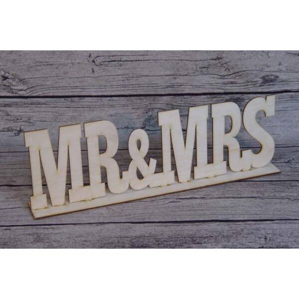 Mr és mrs felirat talppal, natúr fa, nyomtatott betűs, nagy